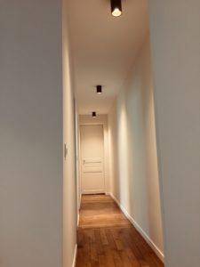 luminaires desing dans un couloir